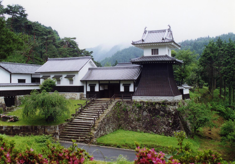同じ藩主邸跡に復元された太鼓櫓