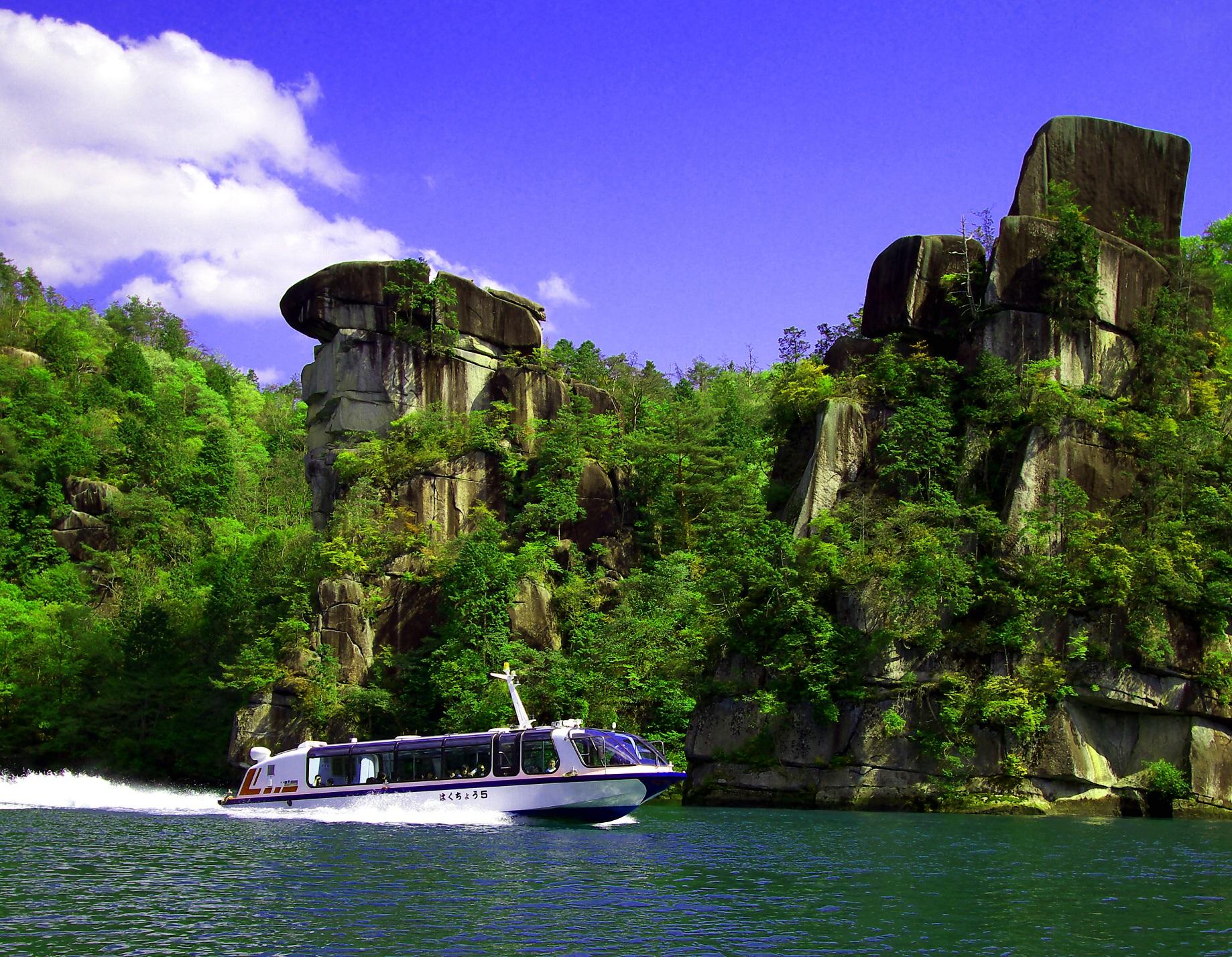 初夏の獅子岩付近を颯爽と走る船