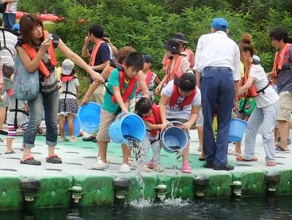 阿木川サマーフェスティバル(魚の放流)